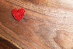 Одиночная Sparkly форма сердца валентинки на деревянной предпосылке Стоковое Фото