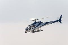 Одиночное летание вертолета в небе Стоковые Фотографии RF