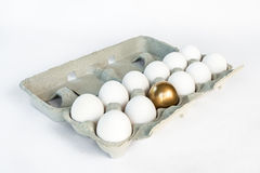 Одиночное золотое яичко в коробке белых яичек Стоковое Изображение RF
