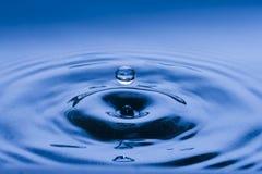 Одиночное падение воды в воздухе Стоковое Изображение