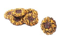 Одиночное печенье рядом с кучей печений изолированных над белой предпосылкой Стоковое фото RF
