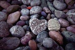 Одиночное сердце на черных камнях камешка Стоковая Фотография RF
