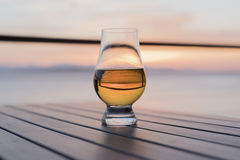 Одиночное старомодное стекло вискиа морем Стоковые Фото