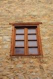 Одиночной окно обрамленное древесиной Стоковые Изображения