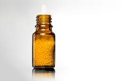 Одиночные бутылки с глобулами гомеопатии Стоковые Фото