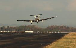 Одиночные воздушные судн турбовинтового самолета, приземляясь воздушные судн Стоковые Изображения