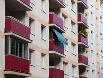 Одиночные голубые шторки тени Солнця на жилом доме Стоковые Изображения