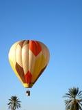 Одиночный горячий воздушный шар в голубом небе Стоковые Изображения RF