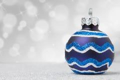 Одиночный голубой орнамент рождества на ярком блеске Стоковые Изображения