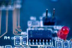 Одиночный красный диод на монтажной плате радиотехнической схемы Стоковое Фото