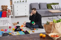 Одиночный отец в квартира-студии Стоковое Изображение RF