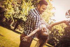 Одиночный отец играя в луге с дочерью Наслаждаться в s стоковое фото