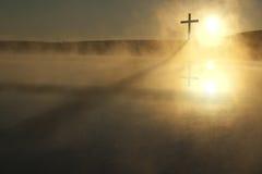 Одиночный перекрестный длинный восход солнца тени на туманном утре пасхи озера Стоковая Фотография RF