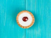 Одиночный пирог Bakewell на голубой предпосылке Стоковые Фото