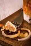 Одиночный полный рот od замариновал сыр на деревянной прерывая доске Стоковые Фото