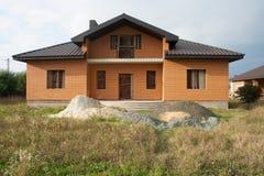 Одиночный родной дом под конструкцией Дом без заканчивая работы внутри дома Стоковое Изображение RF