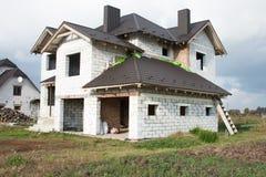 Одиночный родной дом под конструкцией Дом без заканчивая работы внутри дома Стоковые Фотографии RF