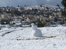 Одиночный снеговик на снеге Стоковые Изображения