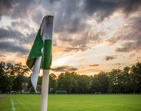 Одиночный угловой флаг и драматическое небо - Spreewald, Германия Стоковое фото RF