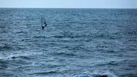 Одиночный человек имеет active ослабить с виндсерфингом черное море акции видеоматериалы