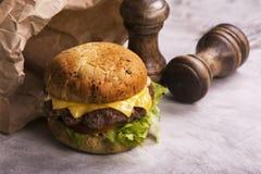 Одиночный cheeseburger говядины Стоковое Изображение