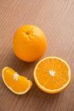 Один апельсин и куски апельсина стоковая фотография rf