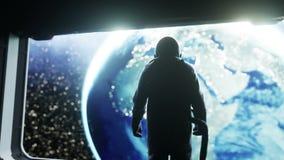 Один астронавт в футуристическом коридоре космоса, комнате взгляд земли кинематографический отснятый видеоматериал 4k иллюстрация вектора
