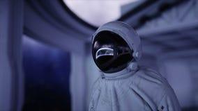 Один астронавт в футуристическом космическом корабле, комнате взгляд земли кинематографический отснятый видеоматериал 4k видеоматериал