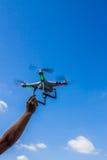 Один вертолет квада летания руки касающий стоковая фотография