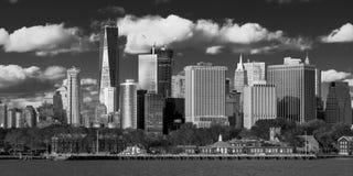 Один всемирный торговый центр, 'башня свободы', Нью-Йорк взгляд Нью-Йорка - портового района в черно-белом Стоковая Фотография