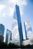Один всемирный торговый центр отражает пасмурное голубое небо, Нью-Йорк Стоковые Изображения