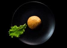 Один зеленый лист салата около бургера Стоковые Изображения RF