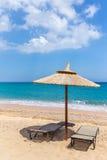 Один зонтик пляжа и sunloungers приближают к океану Стоковое Фото