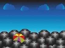 Один зонтик радуги и много чернокожих с дождливым днем Стоковые Фотографии RF