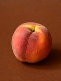 Один зрелый персик Стоковое фото RF