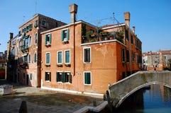 Один из старых домов в Венеции, Италии и взгляде на канале Стоковые Изображения RF