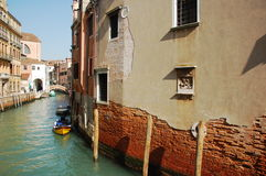 Один из старых домов в Венеции, Италии и взгляде на канале Стоковые Фотографии RF