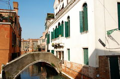 Один из старых домов в Венеции, Италии и взгляде на канале Стоковая Фотография