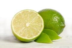Один лимон с половиной сочной известки Стоковое Изображение