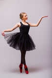 Один кавказский танц артиста балета балерины молодой женщины с балетной пачкой в студии силуэта Стоковая Фотография