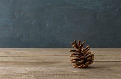 Один конец конуса сосны вверх на деревянном столе Стоковое Изображение