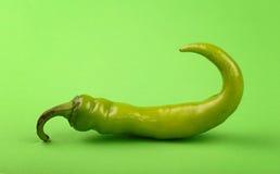 Один конец перца горячего chili jalapeno вверх на зеленом цвете Стоковые Изображения