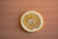 Один кусок желтого грейпфрута на деревянной предпосылке Стоковая Фотография