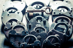 Один ключ и padlocks, схематическое изображение Стоковое Фото