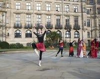 Один миллиард поднимая внезапных танцев толпы в Шеффилде Стоковая Фотография RF