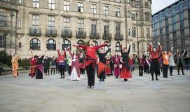 Один миллиард поднимая внезапных танцев толпы в Шеффилде Стоковые Фото