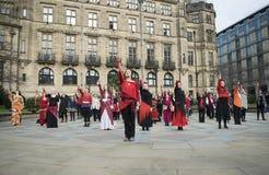 Один миллиард поднимая внезапных танцев толпы в Шеффилде Стоковое фото RF