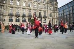 Один миллиард поднимая внезапных танцев толпы в Шеффилде Стоковое Изображение RF