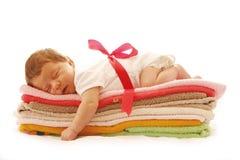 Один милый маленький newborn младенец лежа на полотенцах Стоковая Фотография RF
