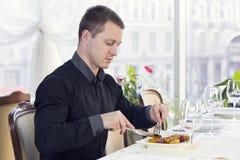 Один молодой человек обедает Стоковые Изображения